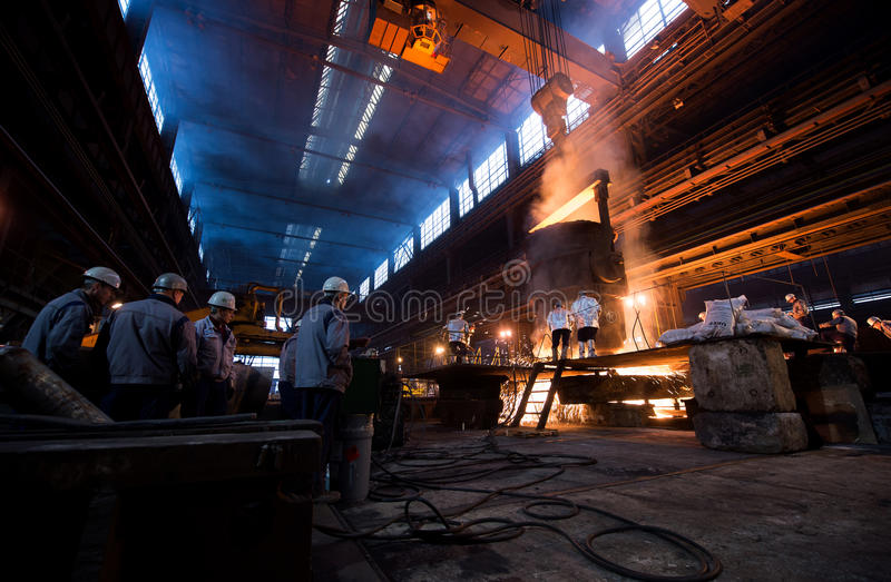 Arbetare i en stålfabrik arkivbild