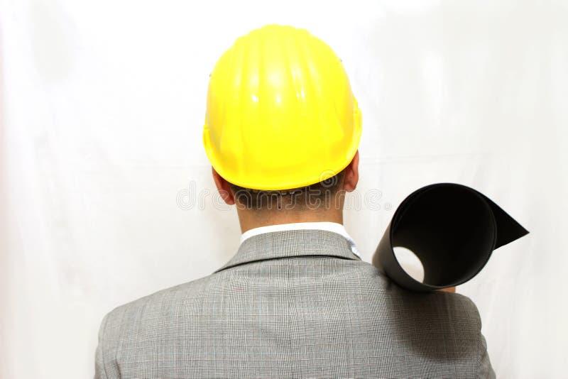 Arbetare i hjälmen som rymmer ett plan royaltyfri foto