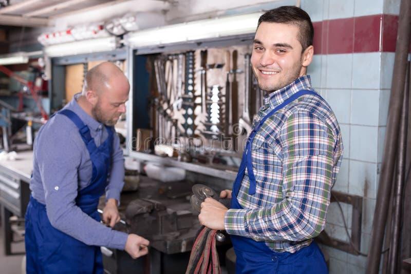 Arbetare i reparation shoppar royaltyfria bilder