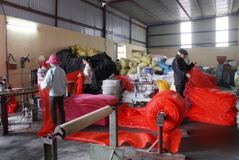 Arbetare i textil maler arkivbilder