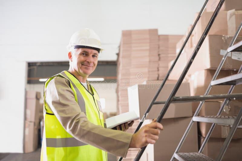 Arbetare med dagboken i lager royaltyfri bild