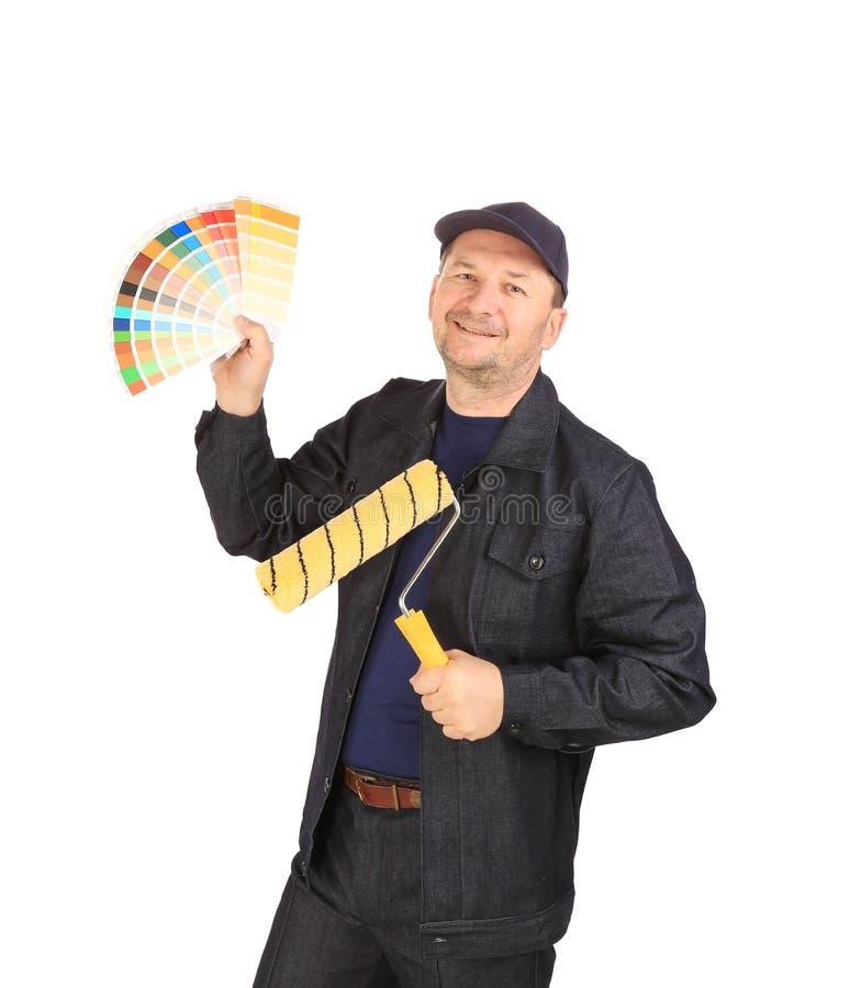 Arbetare med den färgprövkopior och rullen fotografering för bildbyråer