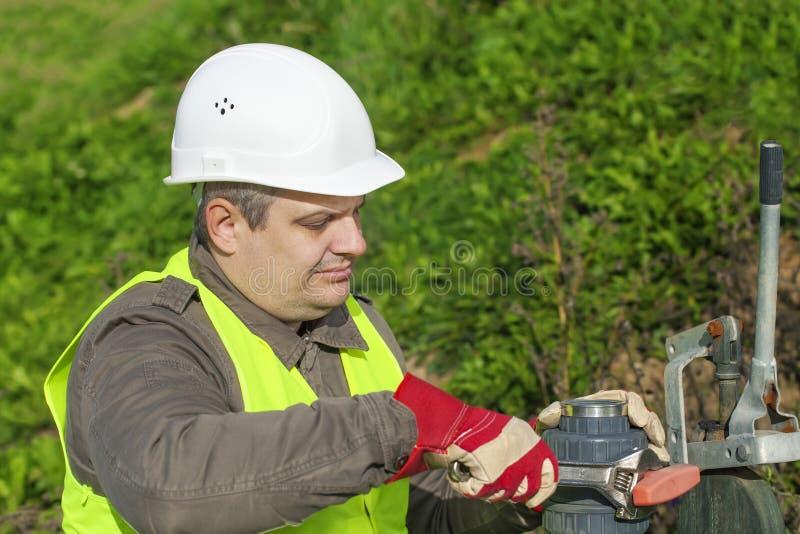 Arbetare med den justerbara skiftnyckeln arkivfoton