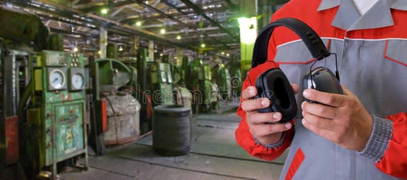 Arbetare med den skyddande headphonen arkivbilder
