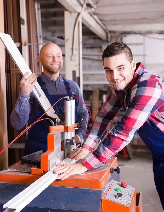 Arbetare near malningmaskinen arkivfoton
