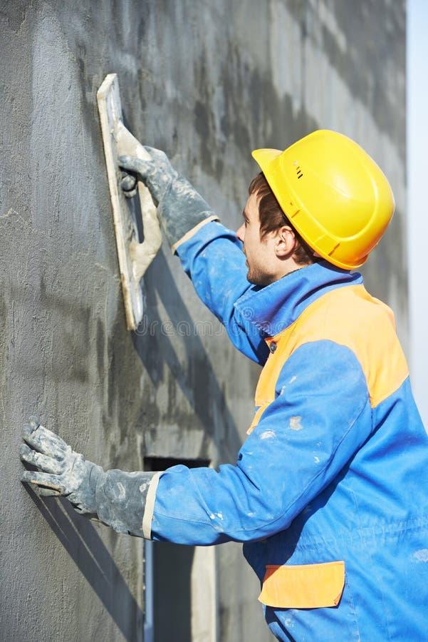 Arbetare på att rappa fasadarbete royaltyfria foton