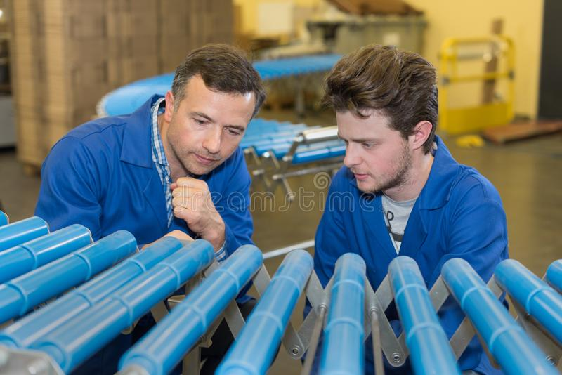Arbetare på den plast- rörfabriken royaltyfri fotografi