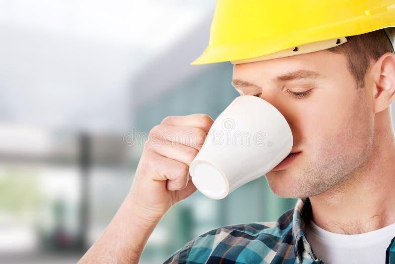 Arbetare på ett avbrott som dricker kaffe royaltyfri bild
