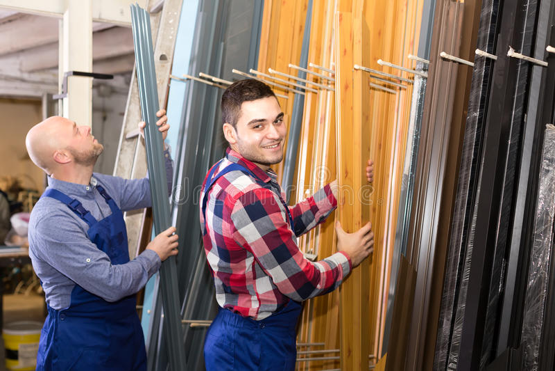 Arbetare på fönsterproduktionfabriken royaltyfri foto