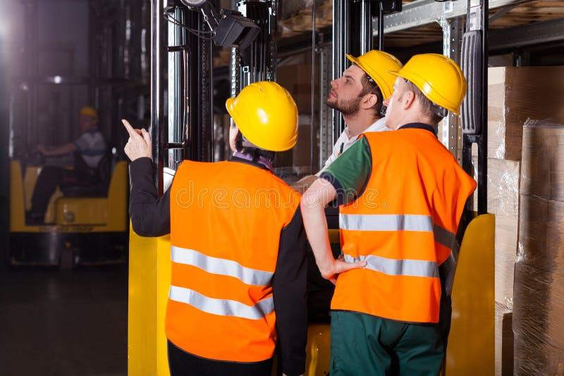 Arbetare på gaffeltrucken i lager royaltyfria foton
