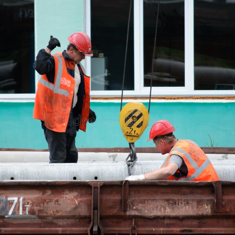 Arbetare på järnvägarna laddar arkivbilder
