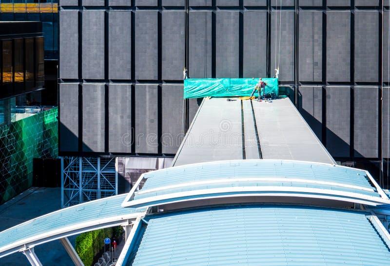 Arbetare på taket arkivbilder