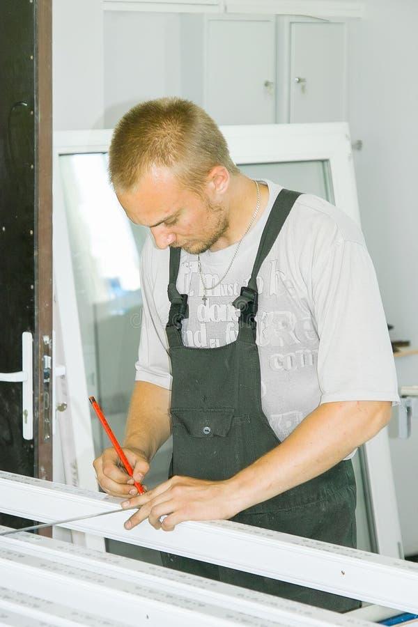 Arbetare på växten för tillverkning av plast- Windows i den Kaluga regionen i Ryssland royaltyfria bilder