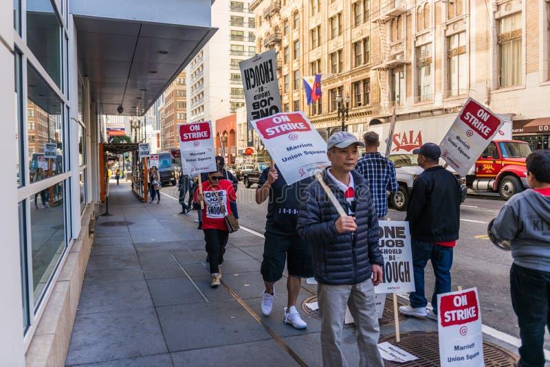 Arbetare slår på ingången av det Marriott Union Square hotellet i San Francisco, Kalifornien, USA royaltyfri foto