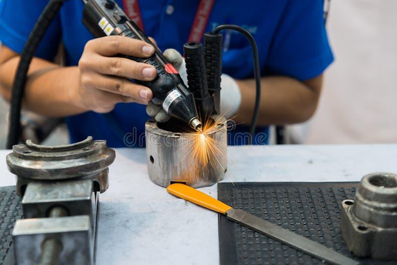 Arbetare som använder maskinen för att täcka och samkopieringsstål fotografering för bildbyråer