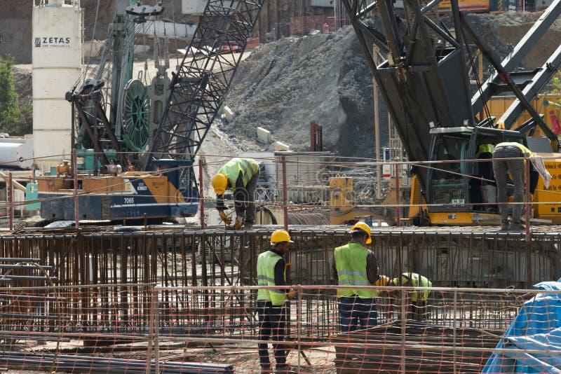 Arbetare som arbetar på gångtunnelkonstruktion arkivfoton