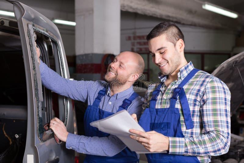 Arbetare som beräknar priset arkivfoton