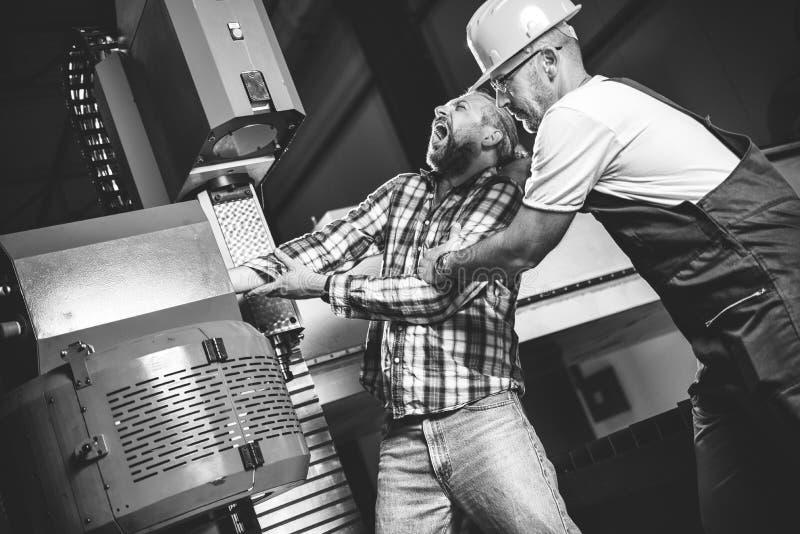 Arbetare som fångas i maskinen och såras allvarligt arkivfoton
