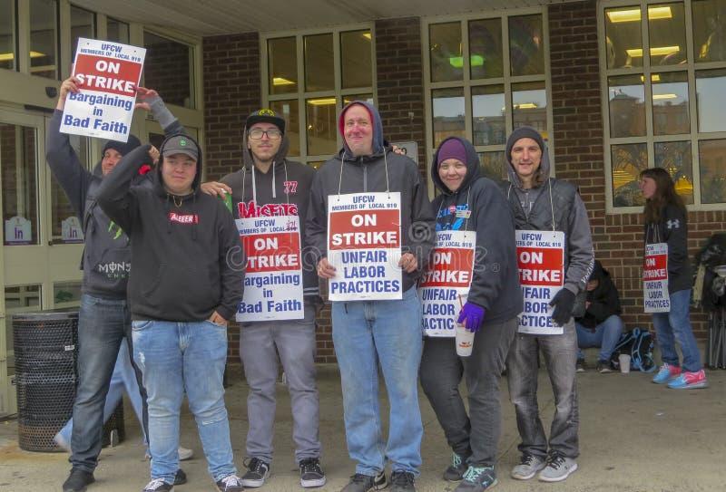 Arbetare som f?rutom sl?r, stoppar & shoppar i Meriden, Connecticut royaltyfria bilder