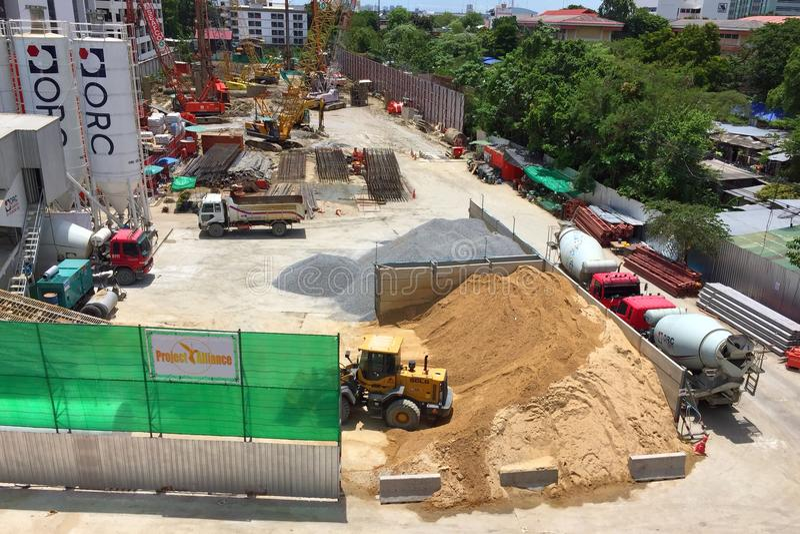 Arbetare som fabricerar kolonntimmerformwork och förstärkningstången på konstruktionsplatsen royaltyfri foto