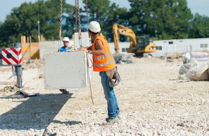 Arbetare som fungerar i contructionbyggnadsplats royaltyfri bild