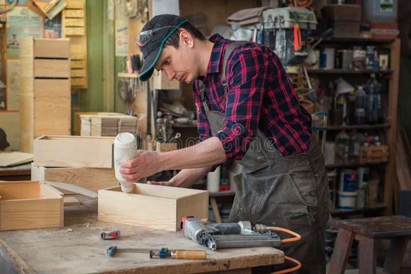 Arbetare som gör träasken fotografering för bildbyråer
