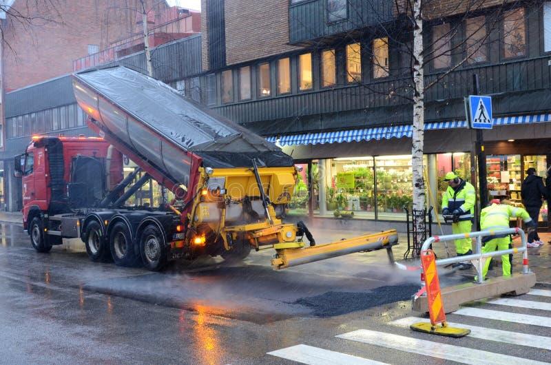 Arbetare som lägger asfalt royaltyfria bilder