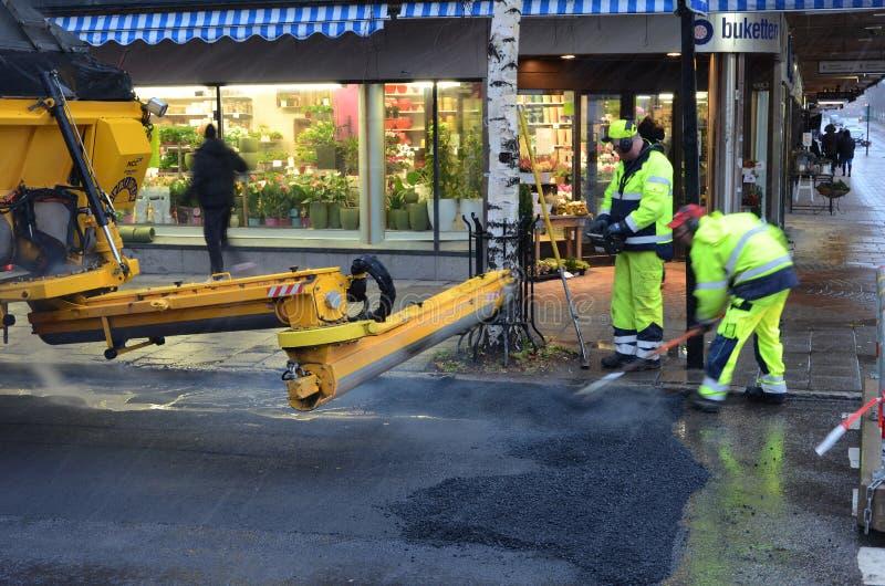 Arbetare som lägger asfalt royaltyfri fotografi