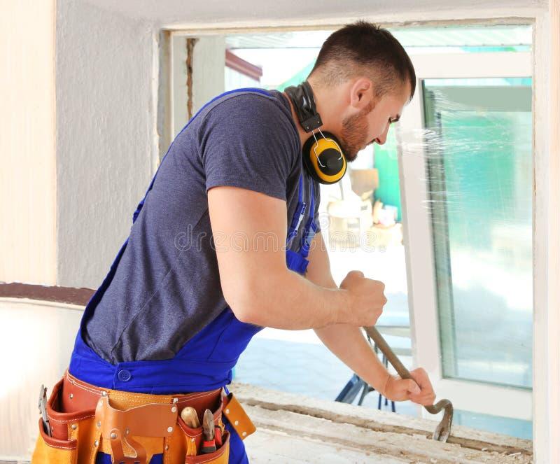 Arbetare som reparerar fönstret royaltyfri bild