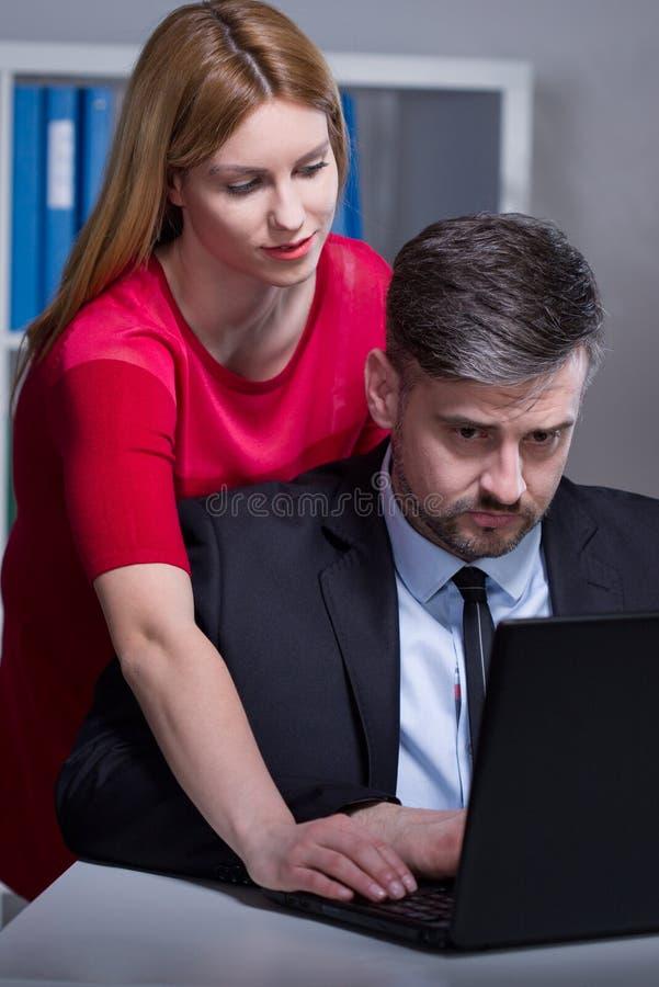 Arbetare som retas av den kvinnliga chefen arkivfoto