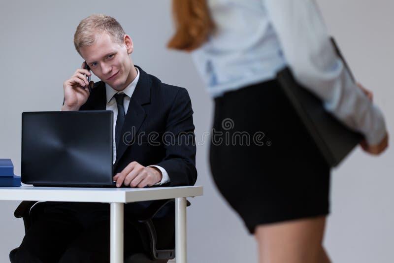 Arbetare som ser den sexiga kvinnan arkivbild