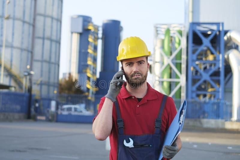 Arbetare utanför ett fabriksarbete arkivbilder