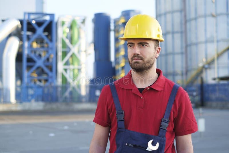 Arbetare utanför ett fabriksarbete royaltyfri foto
