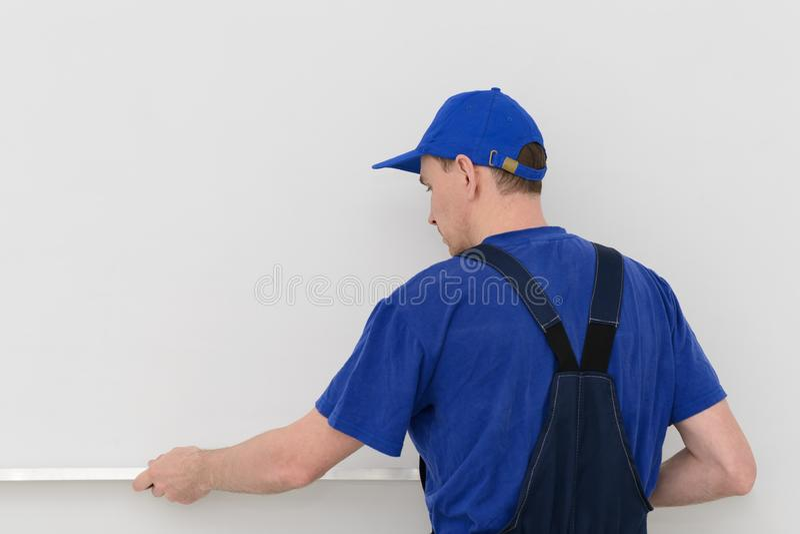 Arbetaren kontrollerar evennessen av det packat royaltyfri fotografi