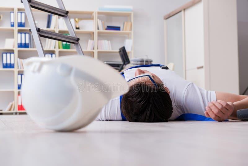 Arbetaren, når att ha fallit från höjd - osäkert uppförande royaltyfria foton