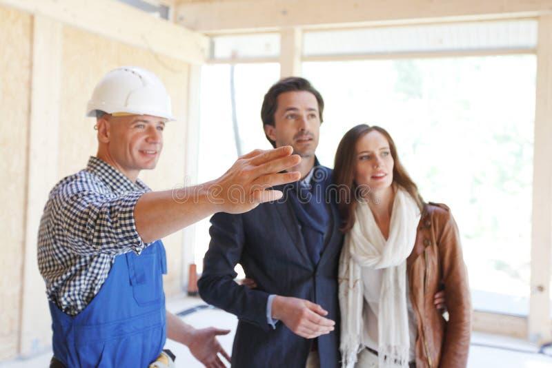 Arbetaren skor det nya huset arkivbilder