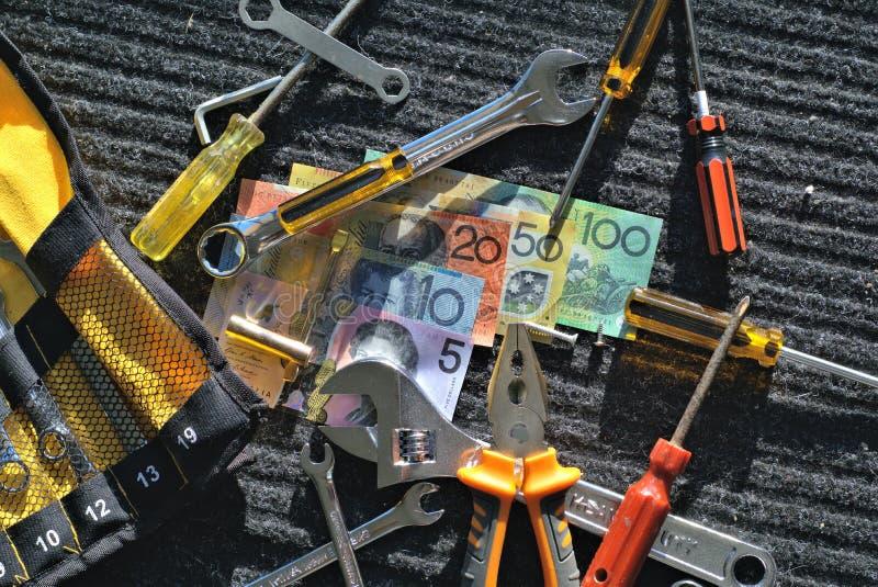 Arbetarhjälpmedel och australiska dollar royaltyfri bild