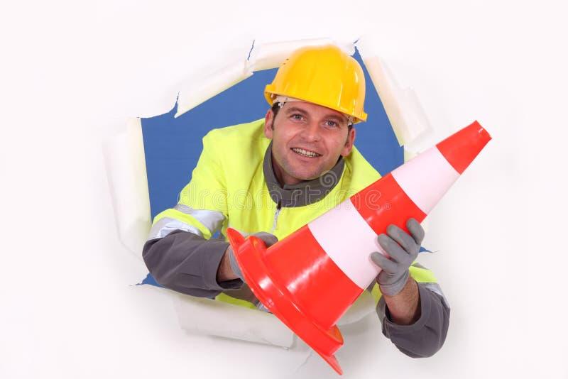 Arbetarinnehav en trafikerapylon arkivfoton