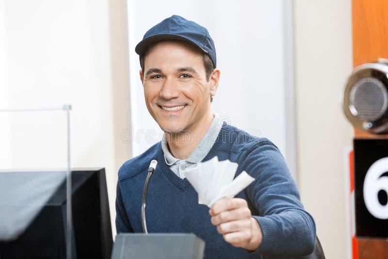 Arbetarinnehavbiljetter på biljettkontoret royaltyfri foto