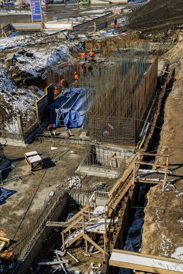 Arbetarkonstruktion av den nya bron i Tyumen royaltyfri fotografi