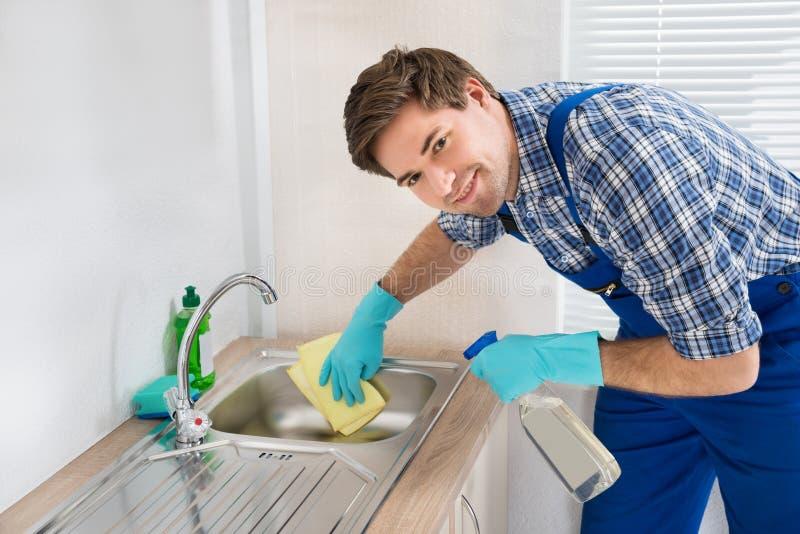 Arbetarlokalvårdvask i kökrum arkivbilder