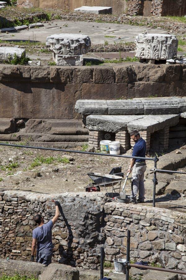 Arbetarrestauratorer Republikanska romerska tempel och restna av den Pompeys teatern royaltyfria foton