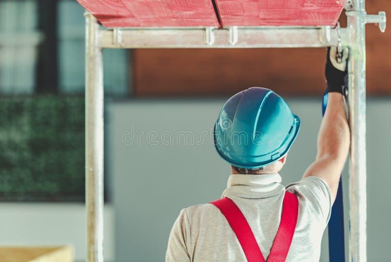 Arbetarsäkerhet på materialet till byggnadsställning arkivbild