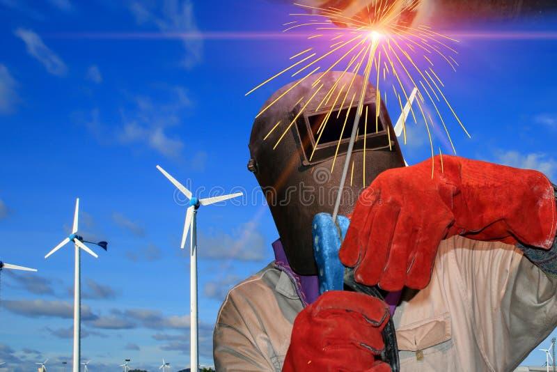 Arbetarsvetsning på bakgrund för blå himmel royaltyfri foto
