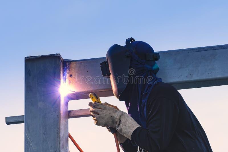 Arbetarsvetsningdelar av stellkonstruktion royaltyfri fotografi
