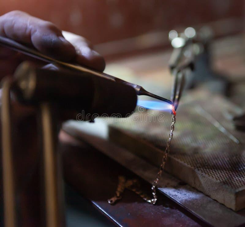 Arbete av förlagen, juvelerare Smyckenreparationen shoppar arkivbild