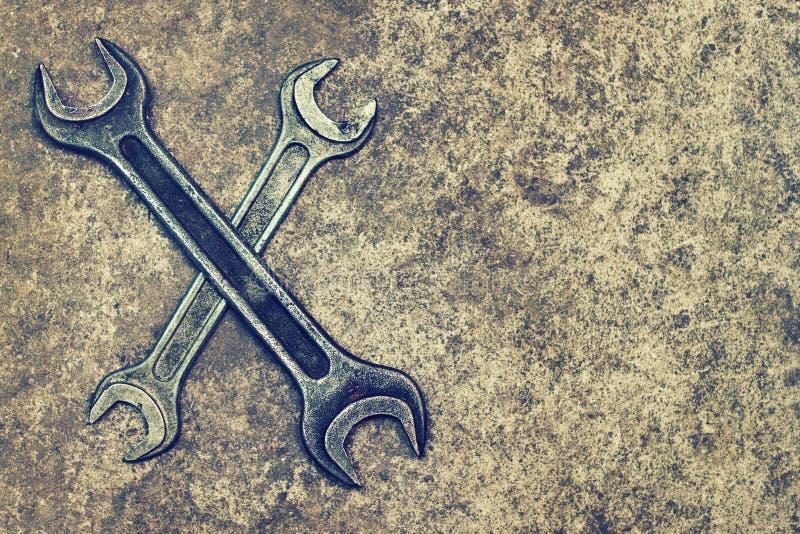Arbete bearbetar skiftnycklar på bästa sikt för grungebakgrund royaltyfri fotografi