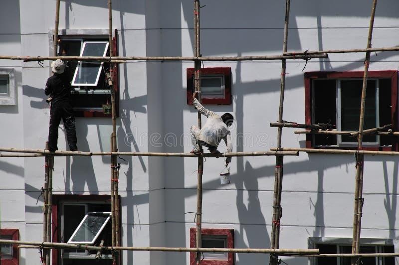 arbete för bambusäkerhetsscaffold royaltyfria foton