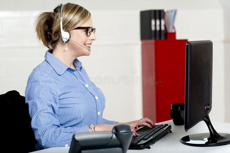 Arbete för dam för främre skrivbord upptaget royaltyfri fotografi
