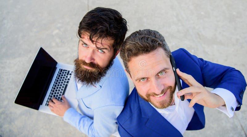 Arbete för försäljningsavdelning som laget Egenföretagande som teamwork Affärsmän med bärbara datorn och påringningen som löser p arkivbilder